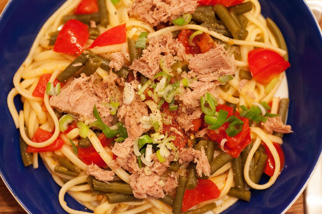 Linguine mit Thunfisch, Tomaten und Grünen Bohnen.