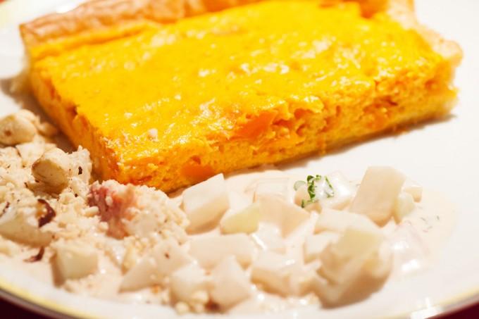 Möhrenquiche mit Kohlrabi-Orangensalat und gerösteten Haselnüssen.