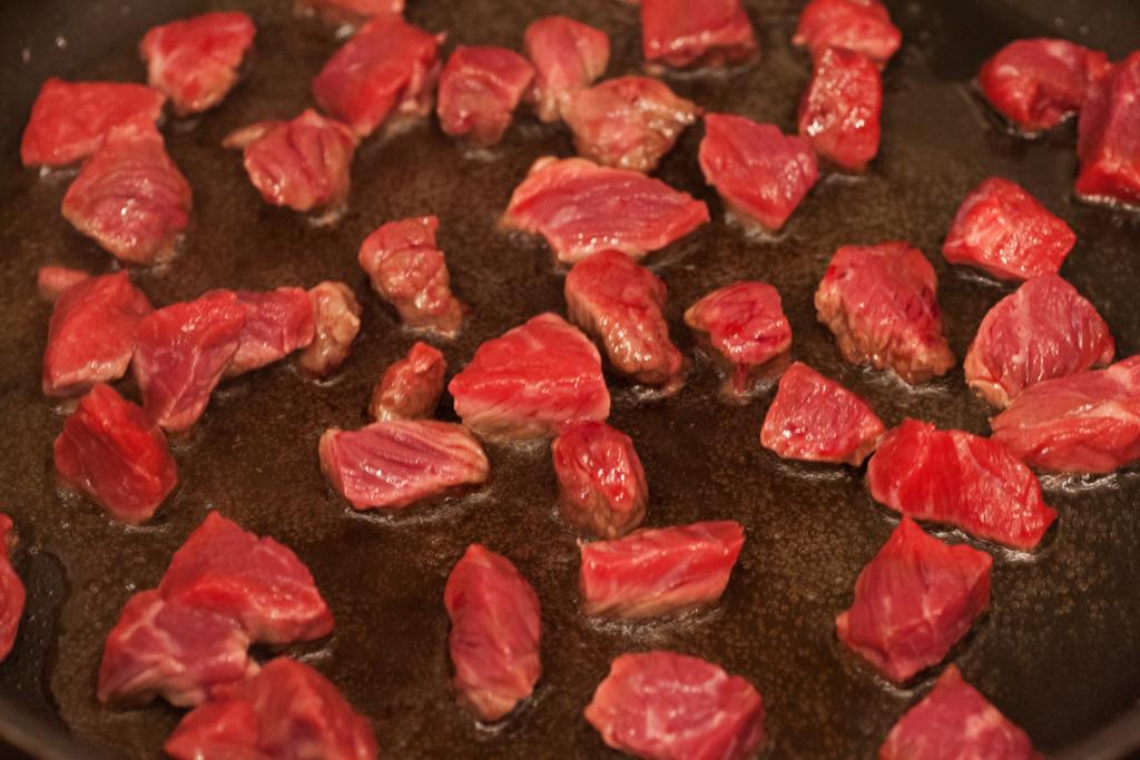 Nicht zu viel Fleisch auf einmal in die Pfanne geben. Das Fleisch soll braten und nicht kochen.