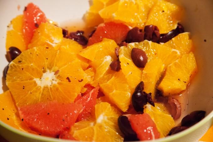 Orangensalat mit Grapefruit und schwarzen Oliven