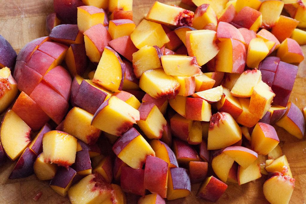 Pfirsichhälften danach in Stücke schneiden und unter den Rührteig heben.