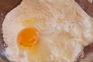 Quark, Ei, Salz, Mehl und Backpulver werden kurz und gründlich verrührt.