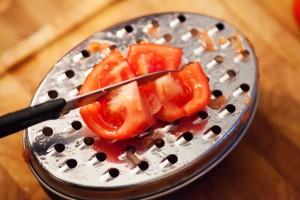 Reife Tomaten werden knapp bis zur Schale eingeschnitten.