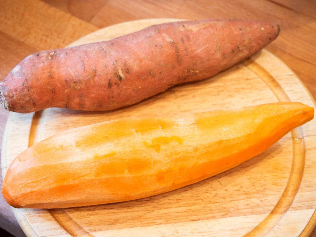 Süßkartoffeln geschält und ungeschält.