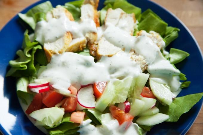 Salat mit Curry-Hühnchen und Joghurt-Minze-Sauce.