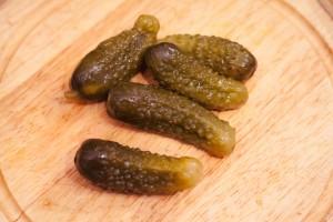 Saure Gurken sollten würzig eingelegt sein und nur Zucker und keinen Süßstoff als Zutat beinhalten.