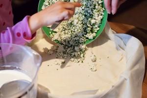 Schafskäse-Petersilienfüllung wird in den Börek gefüllt