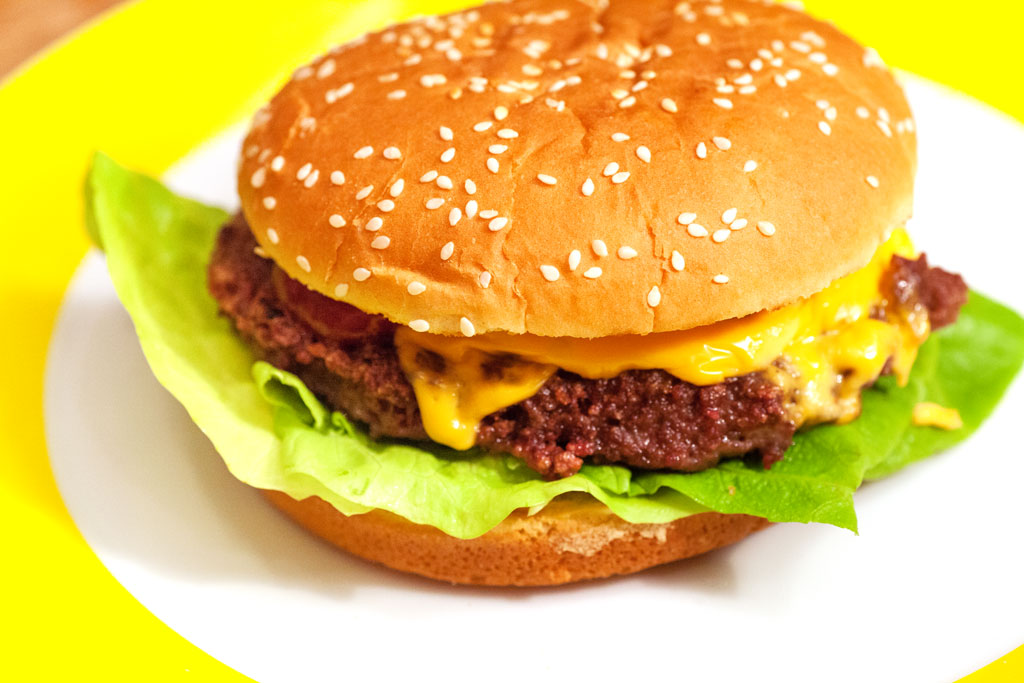 selbstgemachte hamburger und cheeseburger mit hamburger buletten aus rindfleisch. Black Bedroom Furniture Sets. Home Design Ideas
