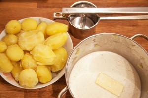 Selbstgemachter Kartoffelpüree ist zwar aufwändiger als Tütenpüree der Geschmack ist dafür deutlich besser.