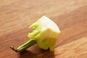 So sollte der fertig geschnittene Paprikadeckel aussehen. Misslingt dies, kann auch eine Tomatenscheibe als Ersatz verwendet werden.