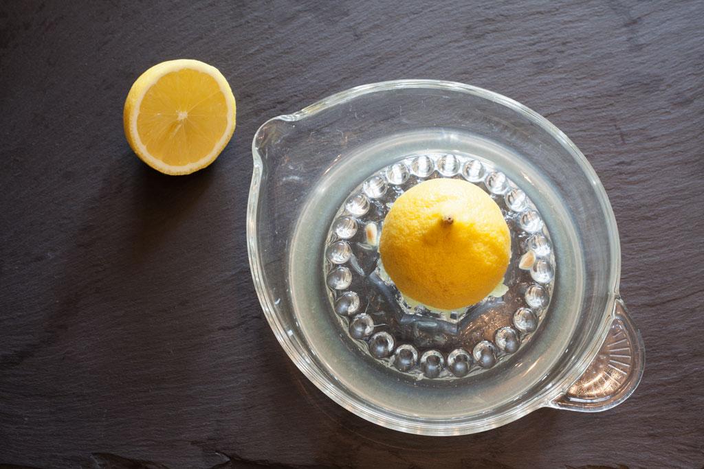 Sowohl für die Reisfüllung wie auch für die fertig gerollten Weinblätter wird frisch gepresster Zitronensaft benötigt.