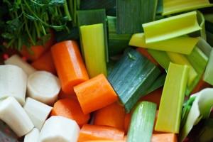 Suppengemüse ohne Sellerie: Lauch Möhren Petersilienstiele und Petersilienwurzeln.