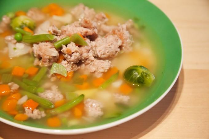 Thüringer-Mett-Suppe in einem tiefen Teller angerichtet.