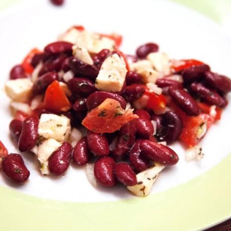 Tomaten-Mozzarella-Salat mit Kidneybohnen und Minze.