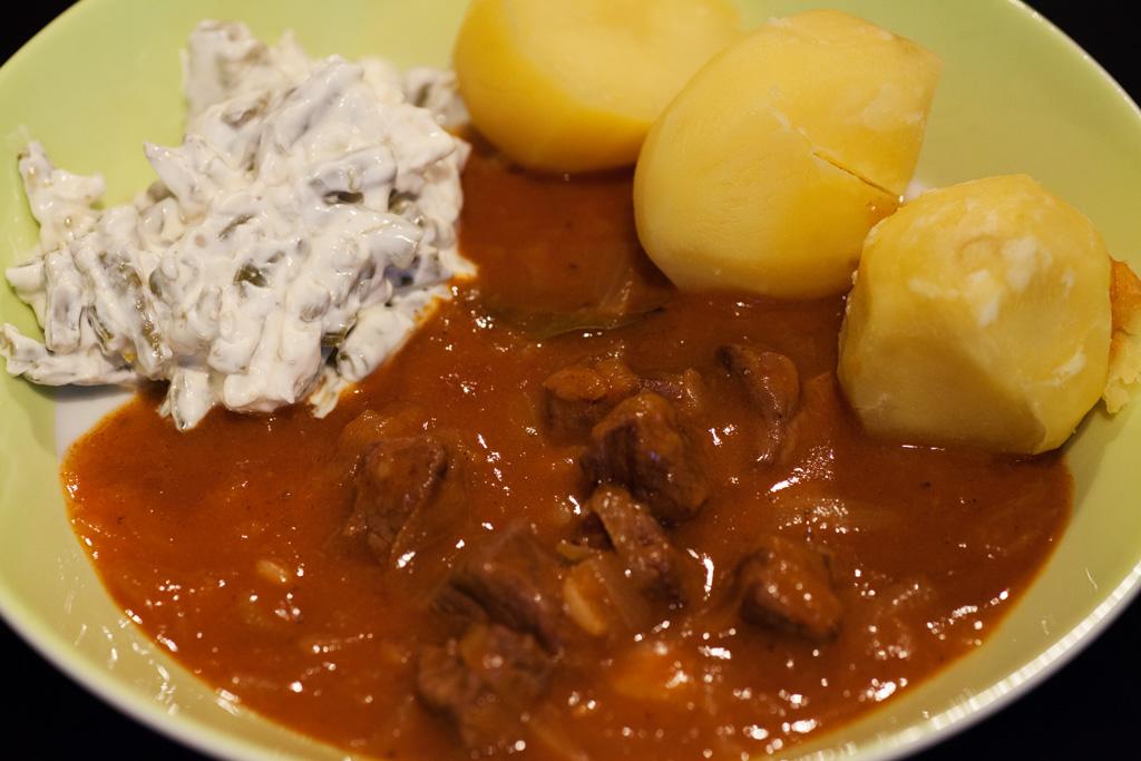 Ungarischer Gulasch mit Kartoffeln und Bohnensalat.