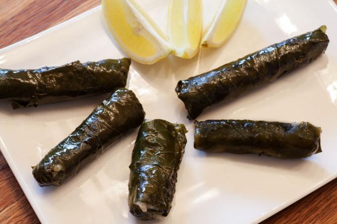 Weinblätter mit Reisfüllung - vegane gefüllte Weinblätter - Sarma.