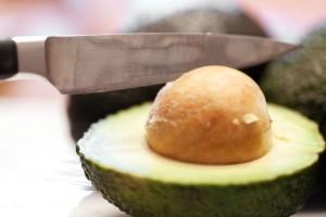 Wenn der Avocadokern zu glitschig ist kann er mit einem scharfen Messer herausgenommen werden.