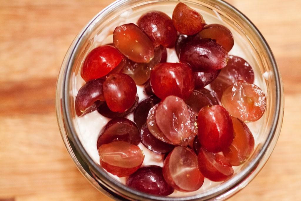 Werden keine kernlosen Trauben verwendet sollten die Weintrauben halbiert und entkernt werden.