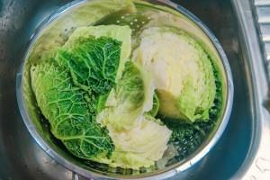 Wirsing blanchiert und geviertelt für Krautshäuptchen.