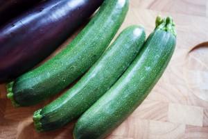 Zucchini werden gewaschen und kleingeschnitten.