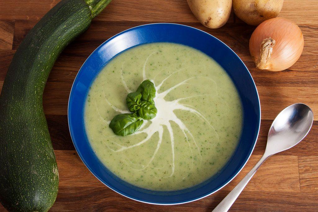 Zucchinicremesuppe-mit-Basilikum-dekoriert