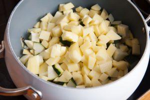 Zucchiniwürfel und Kartoffelwürfel für eine Minute anbraten.