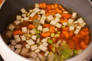 Zuerst wird das Suppengemüse angebraten und mit Gemüsebrühe angegossen.