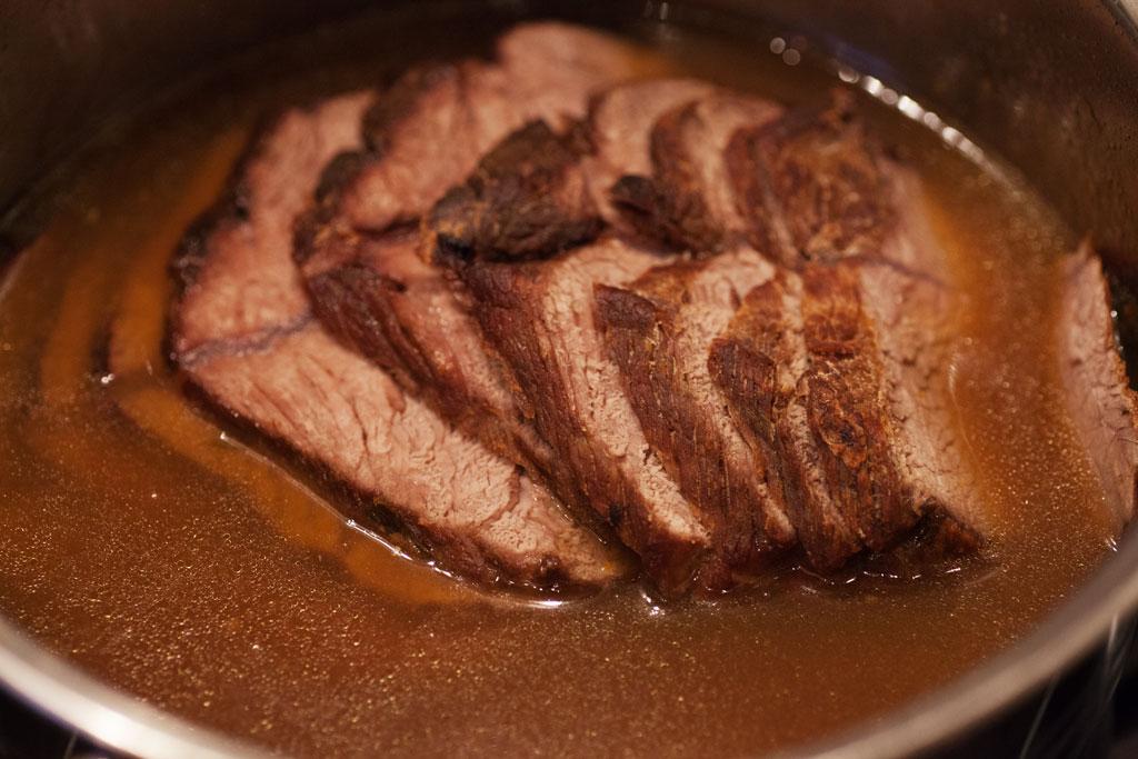 Zum Aufbewahren für den nächsten Tag können die Rinderbratenscheiben in der Bratensauce aufgehoben werden.