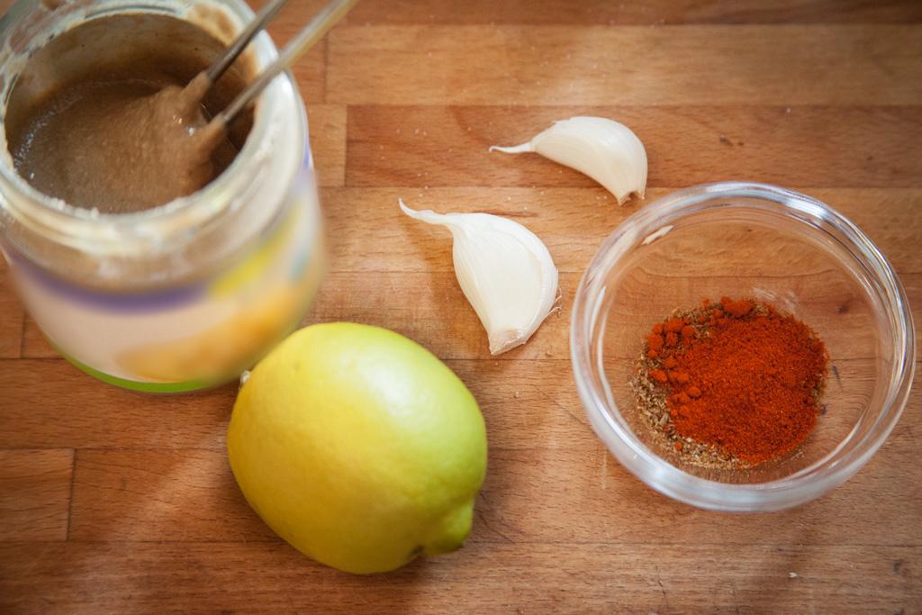 Zutaten für Hummus: Tahini, Knoblauch, Zitrone, Gewürze
