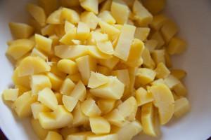 Und schneidest die Kartoffeln in 2-3 Zentimeter große Stücke.