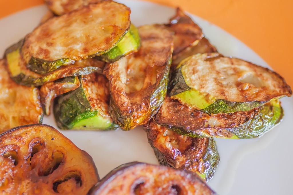 Zucchinischeiben gebraten auf Frühstücksteller dekoriert