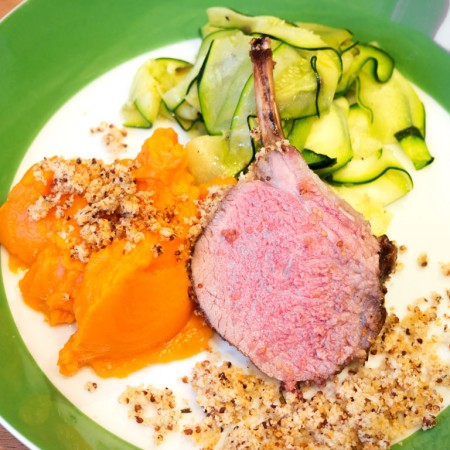 Überbackene Lammkrone mit Zucchini-Bandnudeln und Süßkartoffelpüree.