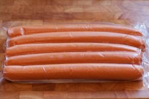 Abgepackte Curry-Kochwürstchen sollten vor dem Frittieren abgetrocknet werden.