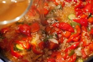 Als Flüssigkeit für die Paella habe ich Hühnerbrühe verwendet.