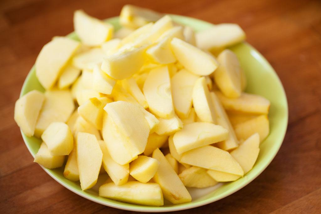 Apfelstücke für die Apfeltarte: sobald der Karamell fertig ist kommen sie in die Pfanne.