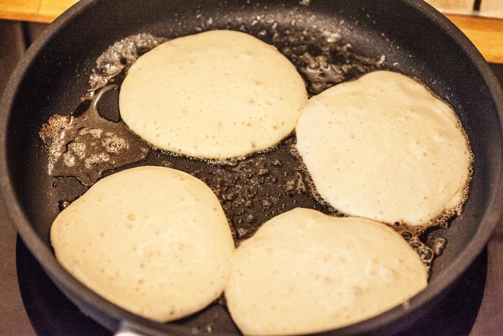 Auf der ersten Seite benötigen die Pfannkuchen ungefähr 2 Minuten.