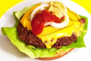 Auf die Gemüsescheiben kommt jeweils ein Klecks Ketchup und Senf.