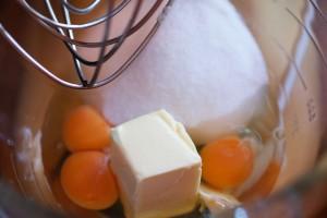 Butter, Eier, Zucker und Salz werden zuerst schaumig gerührt.