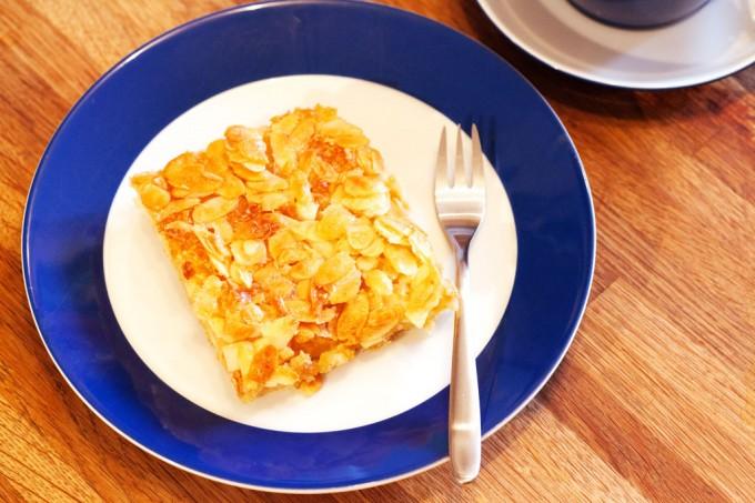 Butterkuchen vom Blech: süß, fettig und lecker.