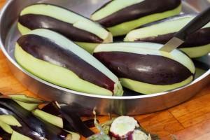 Damit die Aubergine später gefüllt werden kann wird sie eingeschnitten.