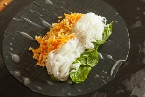 Dann werden Reisnudeln und die Tofu-Möhren-Mischung auf das Reispapier gelegt.