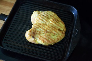 Das Curry-Hühnchen wird von beiden Seiten scharf angebraten.