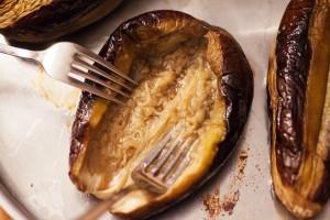 Das Fruchtfleisch der Aubergine wird zerdrückt um Platz für die Hackfleischfüllung zu schaffen.