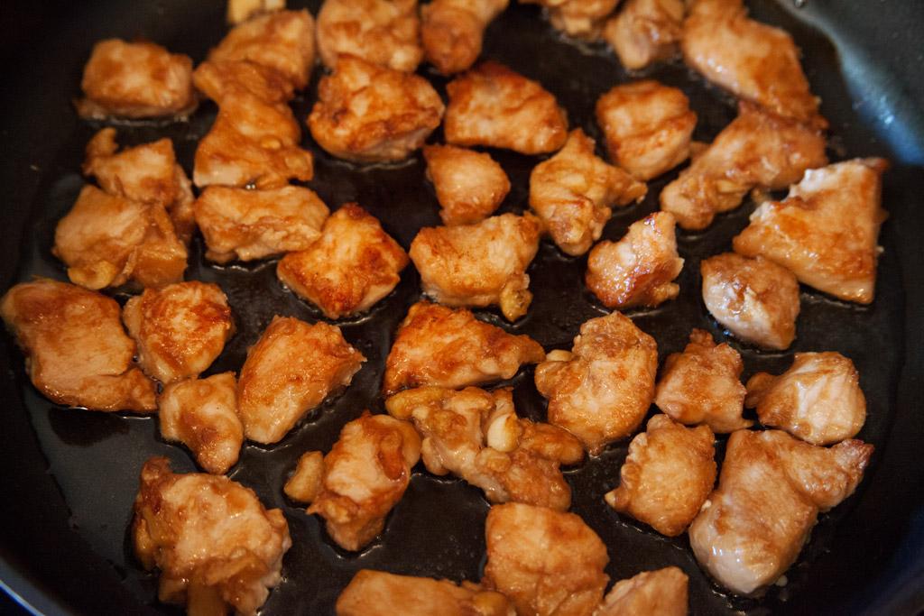 Das Hühnchenfleisch sollte Innen zart und saftig sein und die Außenhülle kross und knusprig.