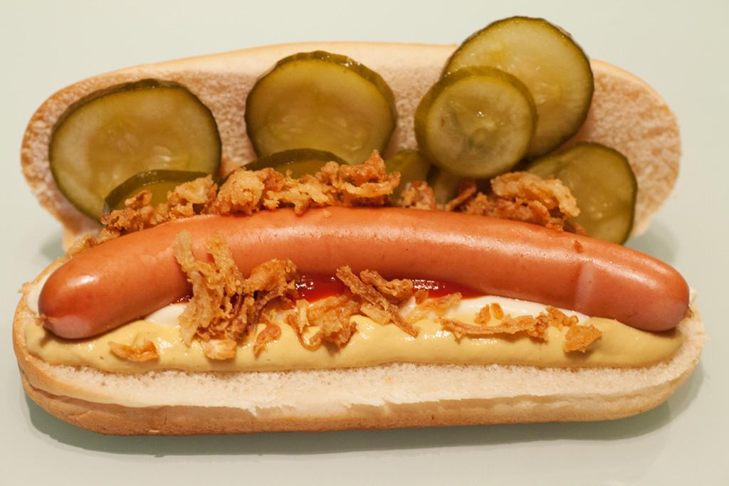 hot dogs wiener w rstchen im br tchen mit r stzwiebeln und sauren gurken. Black Bedroom Furniture Sets. Home Design Ideas