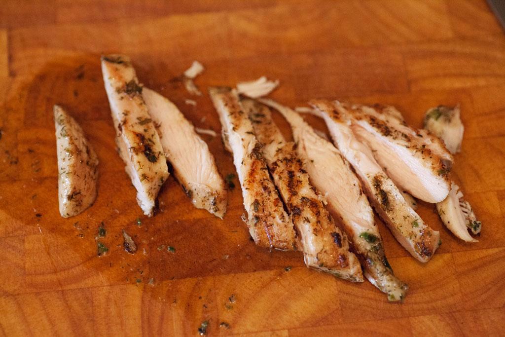 Das Hühnchenfleisch sollte noch saftig sein, deshalb wird die Garzeit je nach Dicke angepasst.