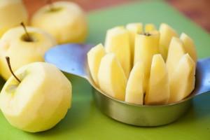 Das Kerngehäuse wird entfernt und die Äpfel in Spalten geschnitten.
