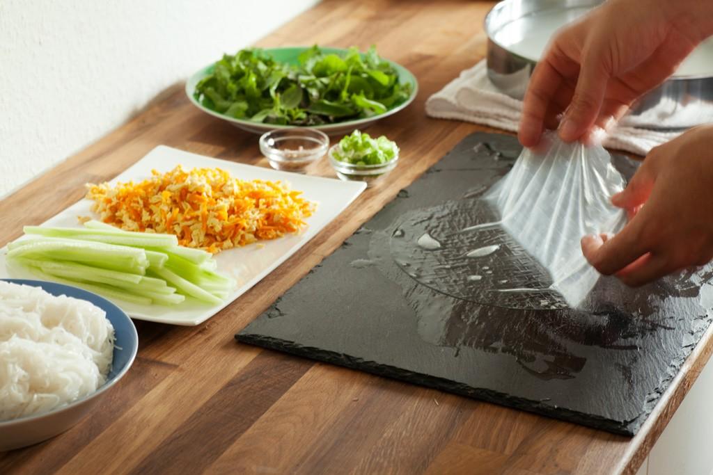 Das Reispapier wird für 10 Sekunden in heisses Wasser gelegt bevor es gefuellt wird.