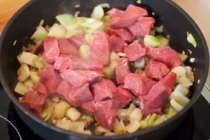 Das Rindfleisch mit Fenchel wird bei hoher Temperatur angebraten.