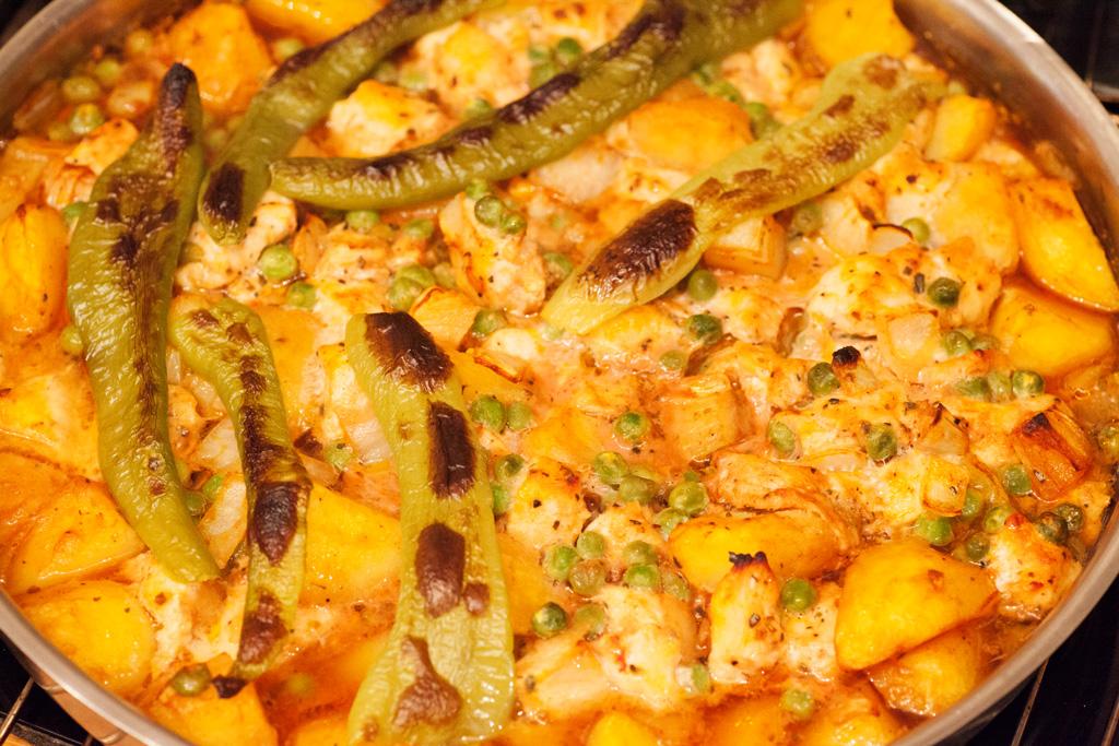 Das fertig gegarte Hühnchenfleisch mit Kartoffeln und Erbsen sollte vor dem Essen noch 10 Minuten ruhen.